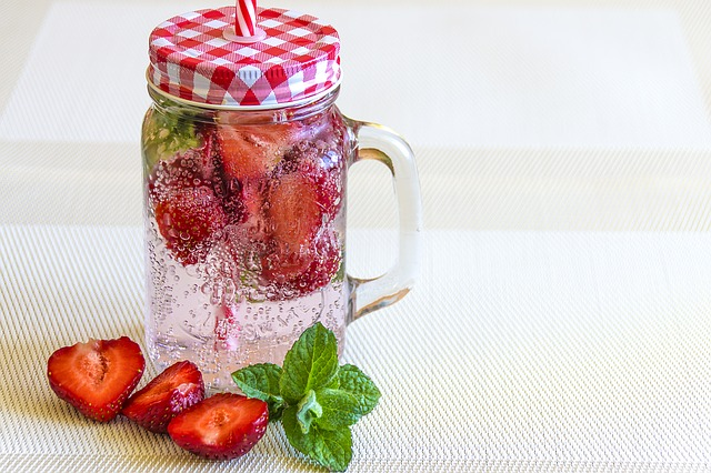 mineral-water-with-strawberries-1411368_640